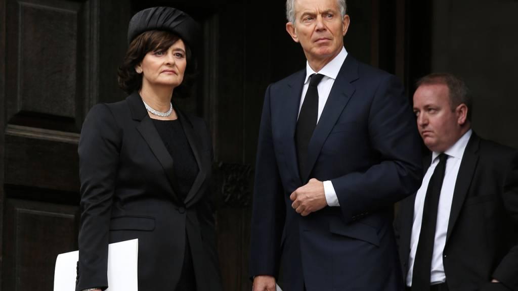 ARCHIV - Der ehemalige britische Premierminister Tony Blair und seine Frau Cherie Blair verlassen die feierliche Zeremonie zur Beerdigungs der ehemaligen britischen Premierministerin Thatcher. Tony Blair und seine Ehefrau Cherie haben beim Kauf einer Immobilie von einem Steuerschlupfloch profitiert. Foto: Chris Jackson/POOL/AP/dpa