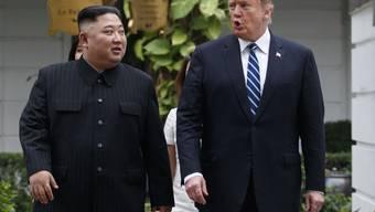 Solche Bilder wird es vermutlich bald wieder geben. Laut dem US-Aussenminister Mike Pompeo könnte es zu einem dritten Gipfeltreffen zwischen US-Präsident Donald Trump (rechts) und Nordkoreas Machthaber Kim Jong Un (links) kommen. Hier die beiden Politiker beim 2. Gipfeltreffen im Februar. (Archiv)