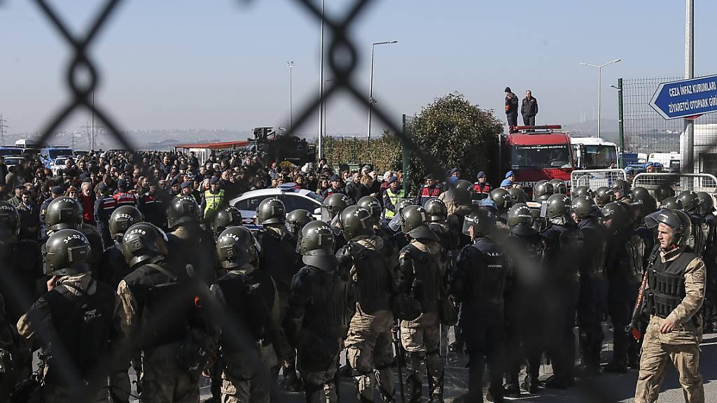 ARCHIV - Soldaten in Silivri in der Türkei bewachen während eines Prozesses gegen 16 führende Mitglieder der türkischen Zivilgesellschaft im Februar vergagenen Jahres einen abgesperrten Eingangsbereich des Gerichtsgebäudes. Foto: Emrah Gurel/AP/dpa