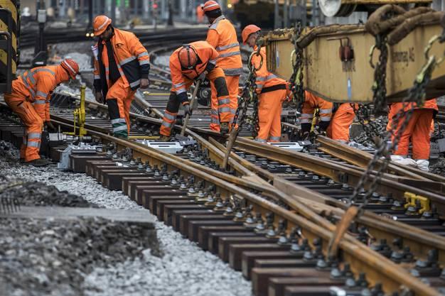 Wenn die Schweizer Schienen ausgebaut werden, wird stets mit der grossen Kelle angerichtet. Kein Wunder: Bei Personenzügen soll die Nachfrage bis 2040 um 51 Prozent steigen, beim Güterverkehr erwartet der Bund ein Plus von 45 Prozent. Das neuste Investitionsprogramm hat der Bundesrat kürzlich verabschiedet: Für knapp 12 Milliarden Franken soll das Bahnnetz bis 2035 ausgebaut werden. Verkehrsexperten kritisieren, dass das Schienennetz stets nach dem Mantra «Mehr vom Gleichen» erweitert werde und der ganzheitliche Blick fehle. Derweil ist der Rückstand beim Unterhalt des SBB-Schienennetzes gross: Ende 2017 betrug er 5,3 Milliarden Franken. Ohne Gegenmassnahmen müssen deutlich mehr Mittel in die Fahrbahn-Erneuerung investiert werden. Die Zuschüsse der öffentlichen Hand sind jedoch nicht grenzenlos. Auch deshalb trimmen sich die Bundesbahnen auf Effizienz: Mit dem Programm «Railfit 20/30» will die SBB-Spitze bis 2020 insgesamt 1,2 Milliarden Franken an Kosten sparen und konzernweit 1400 Stellen streichen. (sva)