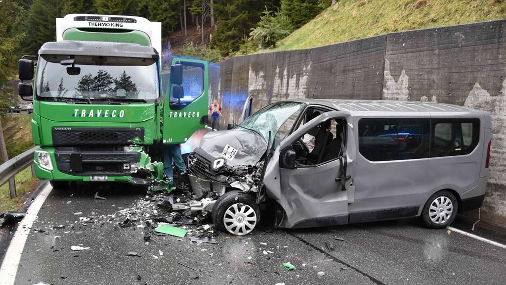 Militärauto prallt frontal in Lastwagen – ein Verletzter