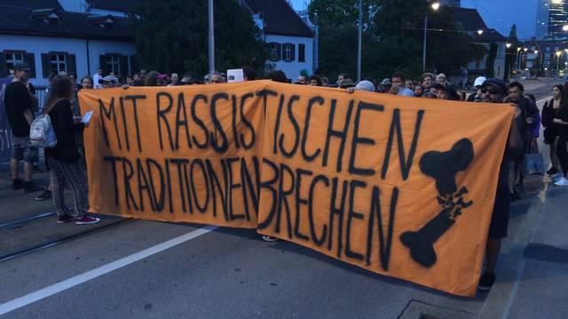 Grossandrang am Soli-Marsch für Basler Guggen ++ Anti-Rassismus-Demo auf der Wettsteinbrücke