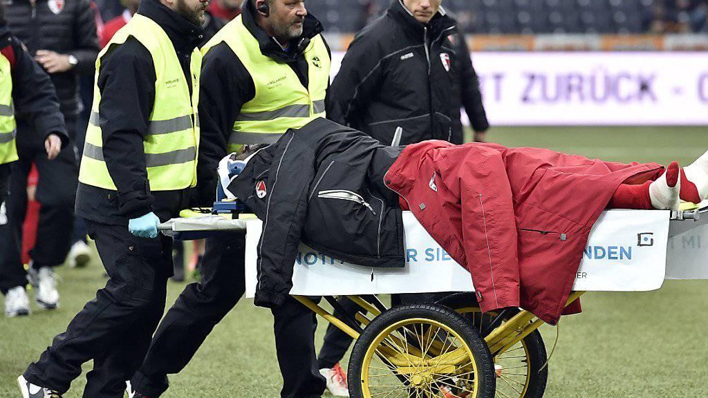 Sions Verteidiger Pa Modou muss bei der 2:3-Niederlage am Sonntag im Stade de Suisse mit der Bahre vom Platz gefahren werden