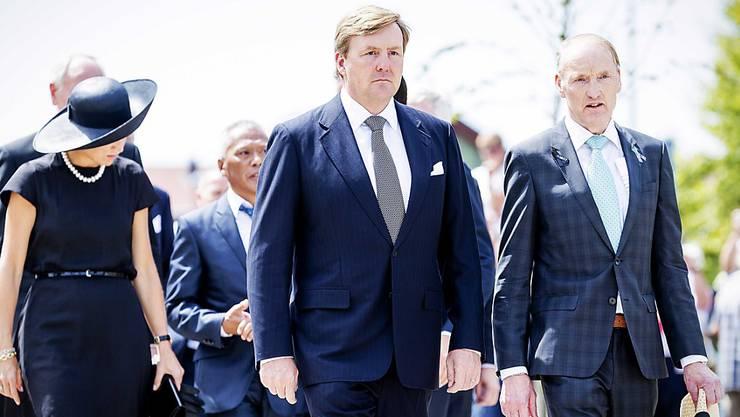 König Willem-Alexander (M.) und Königin Maxima schreiten zur Zeremonie zur Enthüllung des Monuments zur Erinnerung der Opfer des Flugzeugabsturzes.
