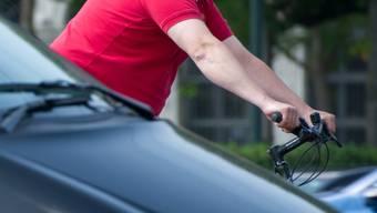 Beim Verursacherfahrzeug soll es sich um einen silbernen Mazda gehandelt haben, welcher seine Fahrt nach der Kollision unbeirrt fortsetzte. (Symbolbild)
