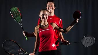 Vier Disziplinen – ein Sport! Nicole Eisler und Benjamin Hampl sind derzeit die besten Schweizer Racketlon-Spieler. Hier posieren sie zusammen im Rahmen der «Swiss Open».