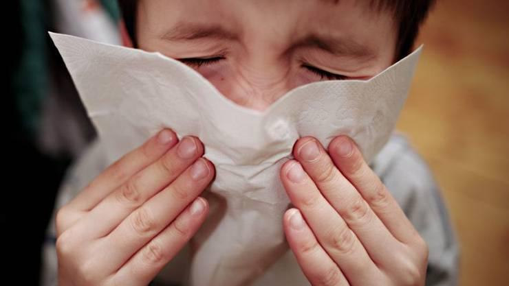 Nur bei Kindern im Alter von 0 bis vier Jahren nimmt die Zahl der Grippeerkrankungen weiterhin zu, bei allen anderen Altersgruppen geht sie zurück. (Symbolbild)