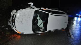 Das Auto fuhr gegen eine Böschung und kippte.