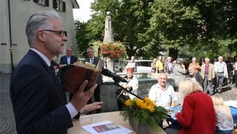 Denkmalpfleger Reto Nussbaumer (vorne) sagt in seiner Rede in Laufenburg: «Auch wir haben ein grosses Interesse an einer belebten Altstadt.» Hinten links stehen Stadtammann Herbert Weiss und rechts daneben Regierungsrat Alex Hürzeler.