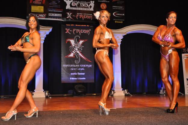 Die Teilnehmerinnen in der Kategorie Fitness Frauen mit der Siegerin Bernadett Soos (m