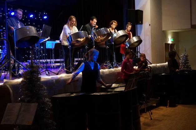 Die Steelband ist wie ein Orchester: Jedes Instrument hat seine Funktion. Die tiefen Steeldrums seien wie Bass und Cello, die Steeldrums der mittleren Lage wie Gitarre und die hohen Steeldrums machten Melodien wie die Sopranstimmen, erklärte Musikschulleiter Roger Küng. Im Bild die Steelband.