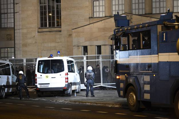 Beim Heimplatz zwischen Kunsthaus und Schauspielhaus versuchten mehrere Dutzend Demonstranten, den Polizeikordon zu durchbrechen. Sie bewarfen die Polizisten mit Steinen.