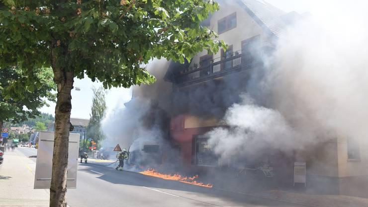 Auf der Hauptstrasse in Niedergösgen brannte ein Lieferwagen wegen eines technischen Defekts vollständig aus.