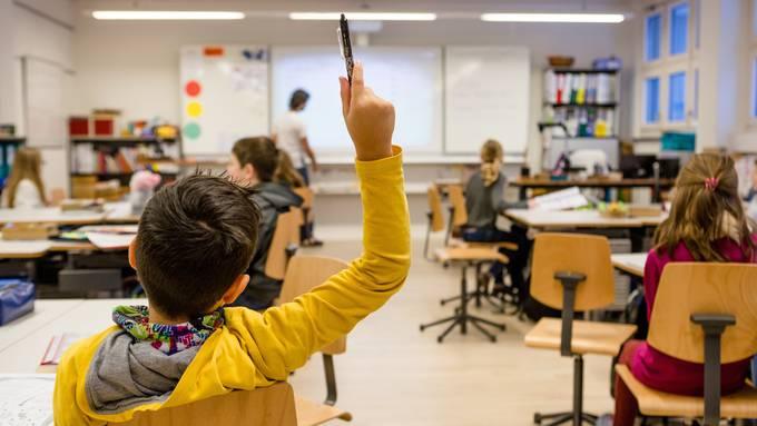 Unsere Nachfrage zeigt: Mehrere Aargauer Schulleitungen haben zusätzliche Weisungen oder Empfehlungen für den Umgang der Schülerinnen und Schüler untereinander erlassen. (Archivbild)