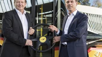 Christian Plüss (rechts) übernimmt das Steuer vom interimistischen PostAuto-Chef Thomas Baur.