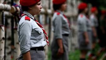 Pfadfinderinnnen wachen über die Gräber im Militärfriedhof Powazki