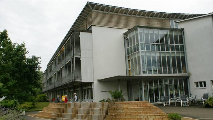 Das Alters- und Pflegeheim Rinau in Kaiseraugst soll durch einen Neubau ersetzt und um 30 Betreuungsplätze erweitert werden. (Archiv)