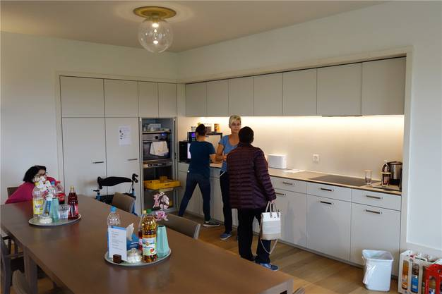Auf einem Info-Pfad konnten sich alle von der Wohnlichkeit des neuen Löwen, hier der Gemeinschaftsraum mit moderner Küche, überzeugen.