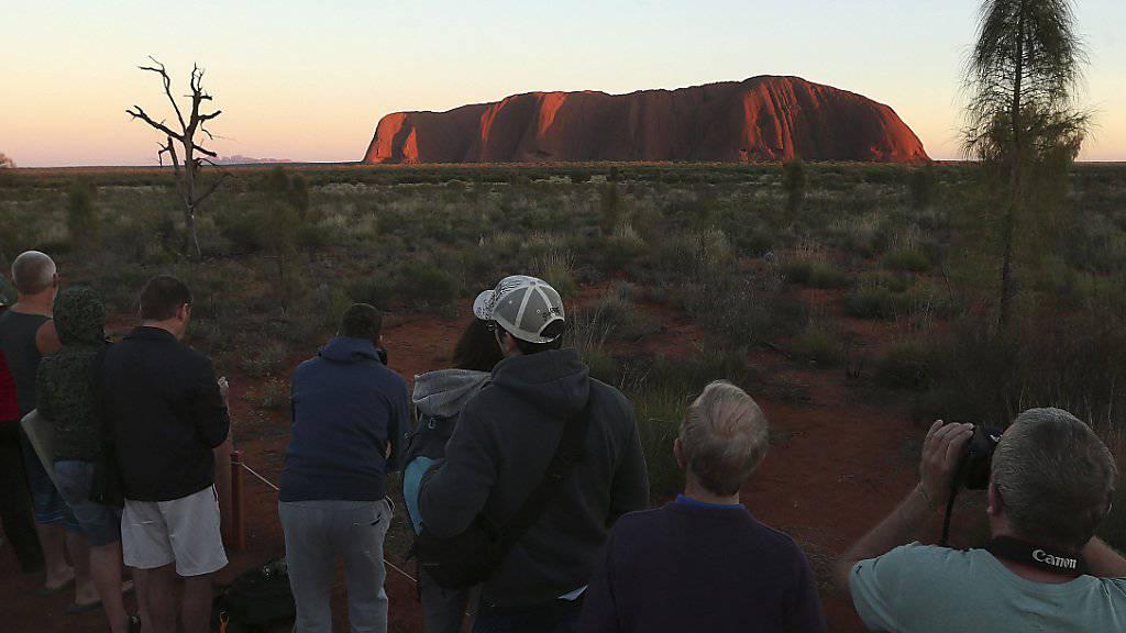 Fotografieren ist erlaubt - doch auf den Uluru klettern dürfen Touristen ab 2019 nicht mehr. Der Berg ist den Ureinwohnern Australiens heilig. (Archiv)