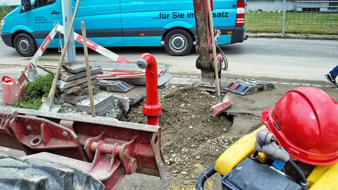 Der Pikett-Dienst der IBAarau repariert den beschädigten Hydranten in der Aarauer Telli.