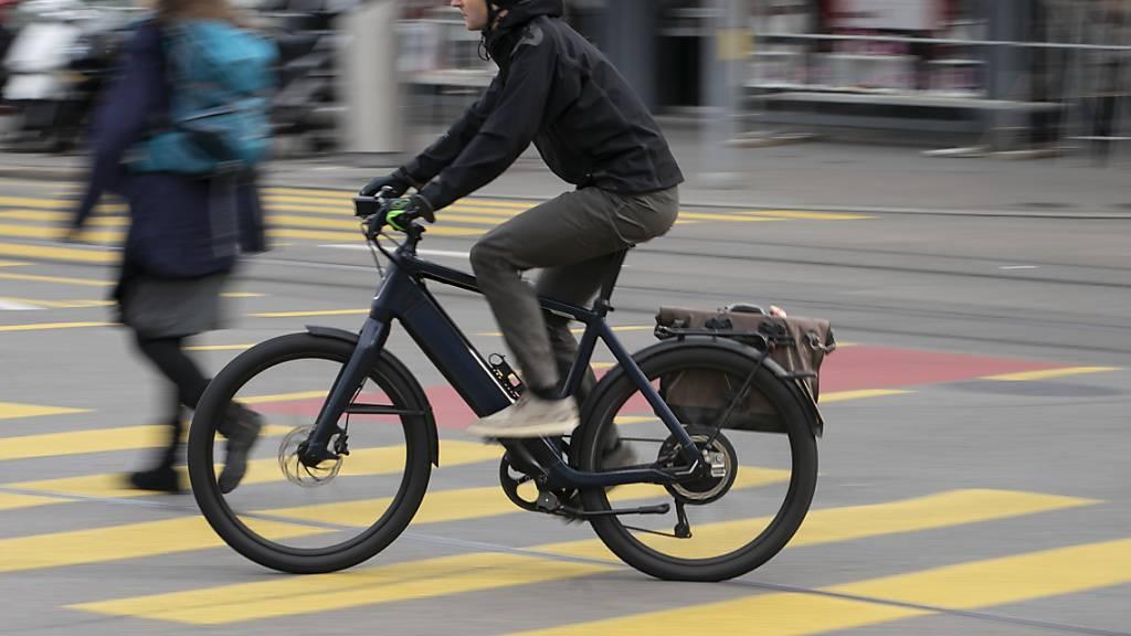E-Biker von Autofahrerin lebensbedrohlich verletzt