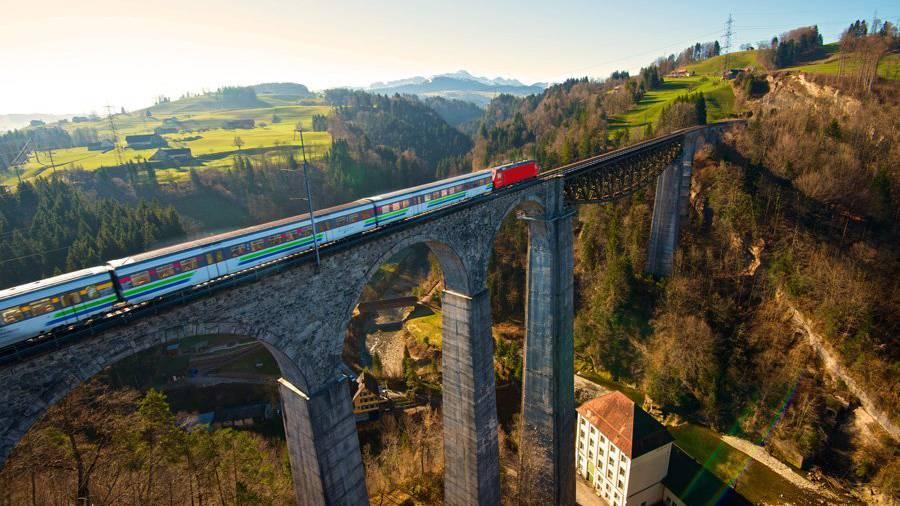 Ein Voralpen-Express fährt über das Sitterviadukt in St.Gallen.