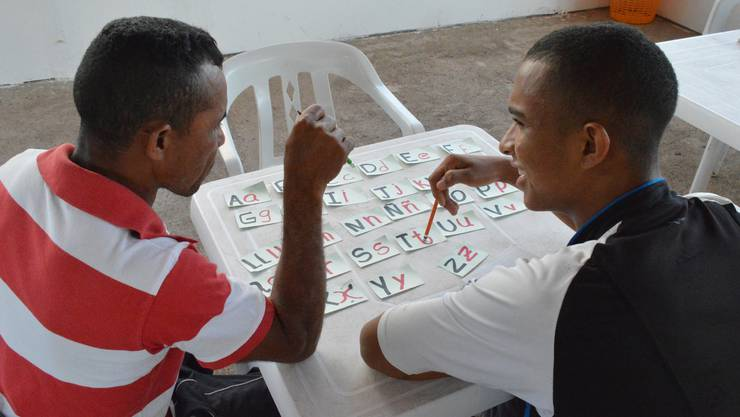 Ehemalige Rebellen lernen in Pondores lesen und schreiben.