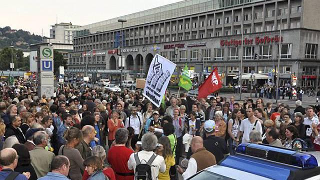 Vor dem Stuttgarter Hauptbahnhof versammelte Demonstranten (Archiv)