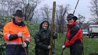 Willi Bürgi, Präsident der Landschaftskommission, BBZ-Chefin Brigitte Vogel (rechts) und eine Lernende in Aktion. Str