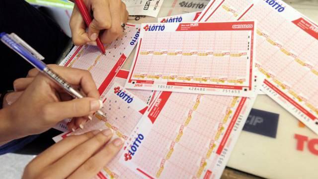 Zwei Personen füllen Lottoscheine aus (Symbolbild)