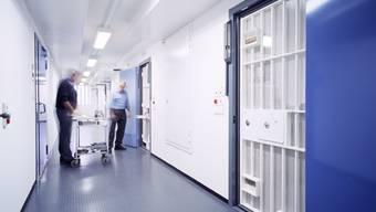 Der Mann arbeitet in der Justizvollzugsanstalt Lenzburg.