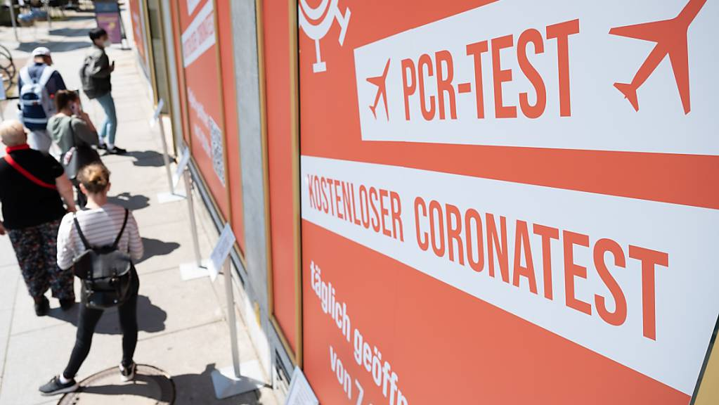 Passanten warten vor einem Corona-Testzentrum in Dresden.