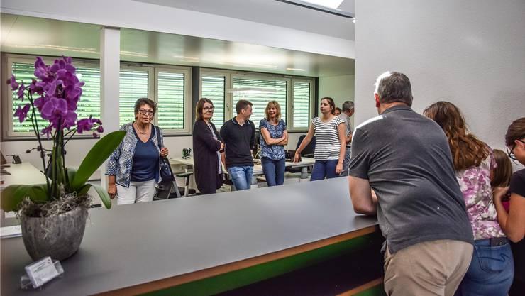 Interessierte Sarmenstorfer hatten Gelegenheit, die neuen Büroräumlichkeiten der Gemeindeverwaltung zu besichtigen.