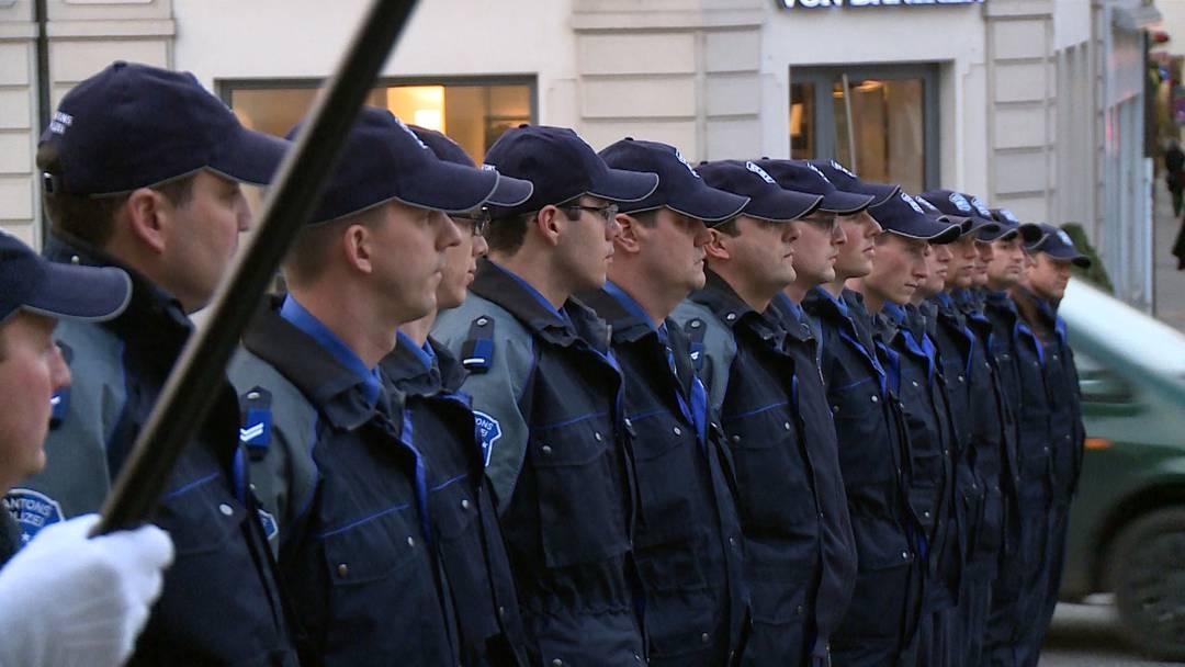 Staatsbesuch auf Probe: Kantonspolizisten üben vor dem Regierungsgebäude in Aarau.