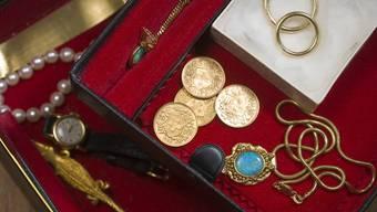 Die Einbrecher entwendeten Schmuck im Wert mehrerer tausend Franken aus einem Einfamilienhaus in Selzach. (Symbolbild)