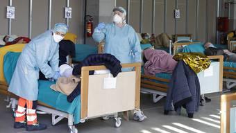 Patienten in provisorischen Behandlungsbetten in Brescia in Norditalien. (Archivbild)