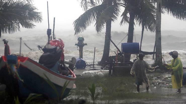 Rette sich wer kann vor dem Tropensturm Pabuk an der Südküste Thailands. Die Wellen türmten sich bis fünf Meter hoch.