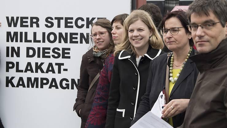 Wer wie viel Geld in Abstimmungskampagnen steckt, ist nicht bekannt. Die Schweiz erhält wegen der mangelnden Transparenz immer wieder schlechte Noten. (Archiv)