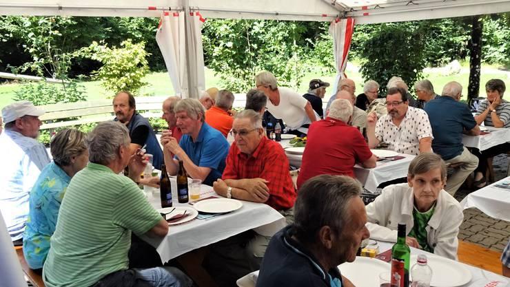 Anlässlich des Grillnachmittags in Boningen unterhalten sich die Besucherinnen und Besucher im Zelt