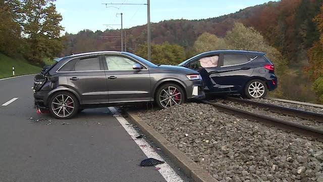 In an accident after overtaking maneuvers, two people are injured. Their cars landed on the railroad. Between Rudolfstetten and Reppischhof, about Bremgarten to Dietikon, it was about two o'clock.