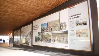 Stossen bei Passanten auf grosses Interesse: die Informationstafeln in den Schaufenstern der Schlossbergpassage (Blinddarm).