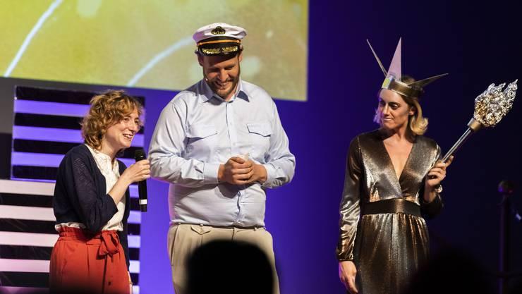 Entschuldigte sich für ihre Frisur: Gewinnerin Marjolaine Perreten (l.) mit den Moderatoren Stephan Stock und Jane Mumford.