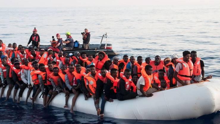 Ein gerettetes Flüchtlingsboot im Mittelmeer im Juni 2018. (Archivbild)