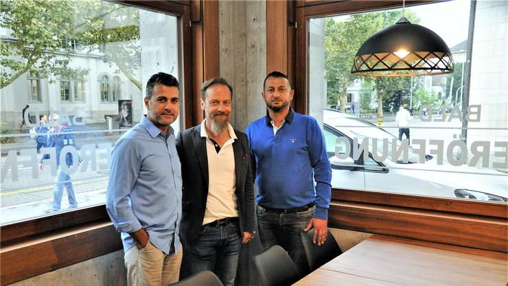 Ibrahim Yildirim (l.) und Sükrü Erdem (r.) mit Lokaldesigner Luciano D'Onofrio, der das «Gourmet Take Away 53» gestaltet hat.
