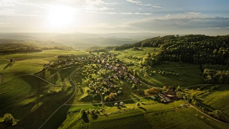 Das Dorf Linn, eingebettet in den Aargauer Jura.