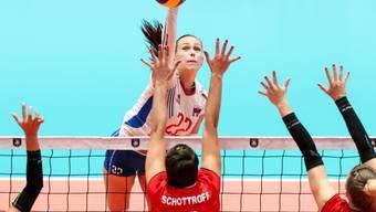 Mit vereinten Kräften wehren sich die Schweizer Volleyballerinnen gegen die übermächtigen Russinnen