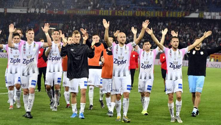 Die Linzer feiern den Sieg mit ihren Fans.
