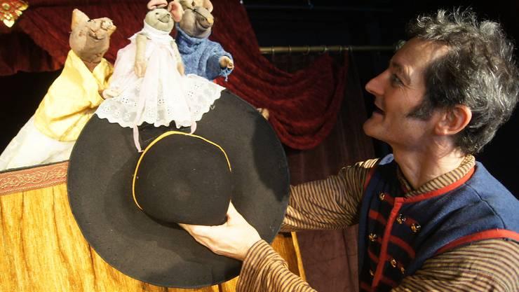 Musiker und Schauspieler Christian Strässle teilt sich die bühne mit vorwitzigen Mäuschen