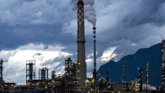 Die Tamoil-Raffinerie ist seit Januar 2015 stillgelegt. Die Produktion der Raffinerie entsprach etwa 19 Prozent des jährlichen Verbrauchs an Erdölprodukten in der Schweiz. (Archivbild)