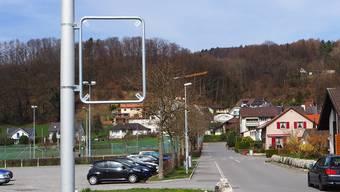 Bei den Einmündungen von der Kantonsstrasse in die Gemeindestrassen (im Bild: Mardeläckerstrasse) wurden Signalisationsständer und -rahmen angebracht.